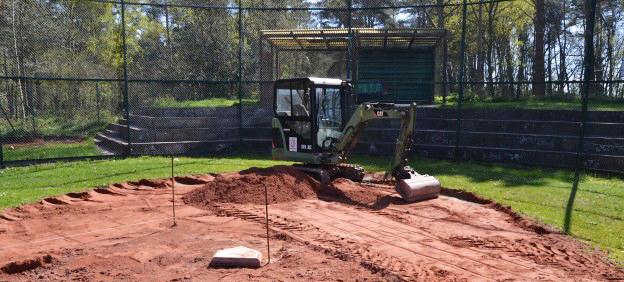 Die Planung für einen neuen Baseballplatz beginnen.